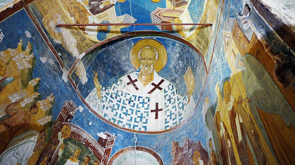 Образ святого Николая в Никольском приделе, который соседствует с Мартиниановским храмом. На фото хорошо видно, что украшения на книге в руках святого утрачены.