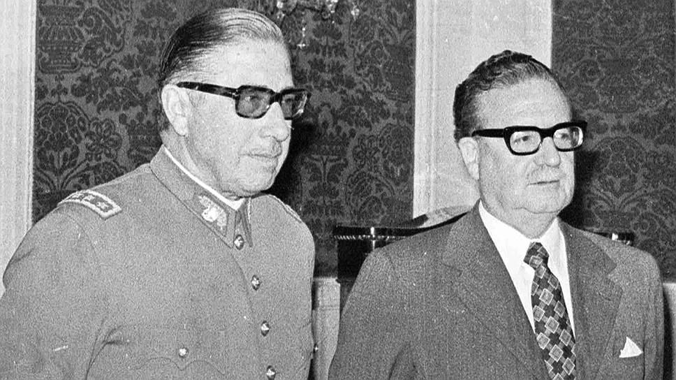 С 1970 года у власти в Чили находился левый блок «Народное единство», в который входили коммунисты, социалисты и часть христианских демократов во главе с президентом Сальвадором Альенде (справа), аристократом и социалистом На фото: с Аугусто Пиночетом