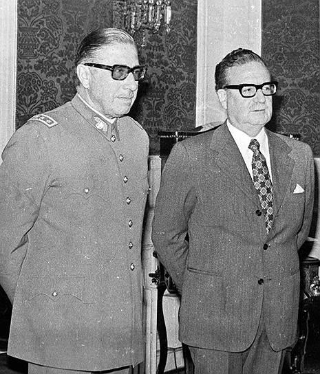 С 1970 года у власти в Чили находился левый блок «Народное единство», в который входили коммунисты, социалисты и часть христианских демократов во главе с президентом Сальвадором Альенде (справа), аристократом и социалистом<br> На фото: с Аугусто Пиночетом