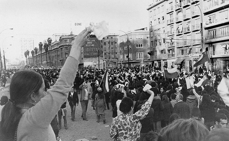 Экономическая политика Cальвадора Альенде вызывала массовые недовольства. После национализации медных рудников и других природные ресурсов против Альенде готовы были выступать не только предприниматели, но и парламент. В это же время цены на медь обвалились на мировом рынке, что привело к девальвации доллара, от курса которого зависела экспортная экономика Чили. В ноябре 1972 года в Чили был объявлен дефолт