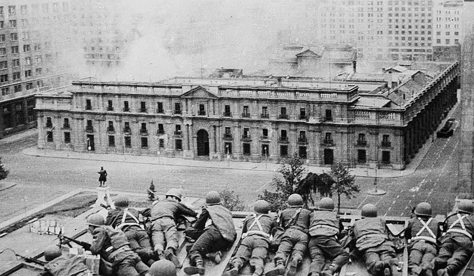 Из выступления Сальвадора Альенде на радио 11 сентября 1973 года: «Я верю в Чили и в судьбу нашей страны. Другие чилийцы переживут этот мрачный и горький час, когда к власти рвется предательство. Знайте же, что не далек, близок тот день, когда вновь откроется широкая дорога, по которой пойдет достойный человек, чтобы строить лучшее общество»