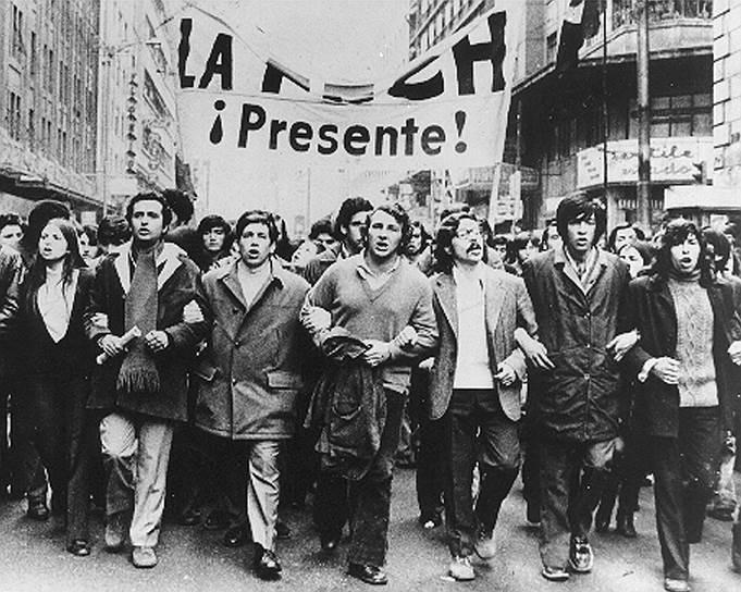 Летом 1973 года развернулось противостояние между сторонниками и противниками Альенде. Правые силы при поддержке США начали подготовку к перевороту. Вскоре выяснилось, что у группы генералов есть вождь —  генерал Аугусто Пиночет Угарте, назначенный незадолго до переворота на должность командующего гарнизоном в Сантьяго