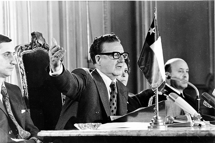 22 августа 1973 года Палата депутатов обвинила Альенде (на фото в центре) в авторитаризме, стремлении снизить роль законодательной власти, в пренебрежении решениями судов, покровительстве преступникам, связанным с правящей партией, в арестах, избиениях и пытках оппозиционных журналистов и других граждан, в незаконном преследовании забастовщиков, в использовании вооруженных групп против населения, в введении в образование марксистской идеологии
