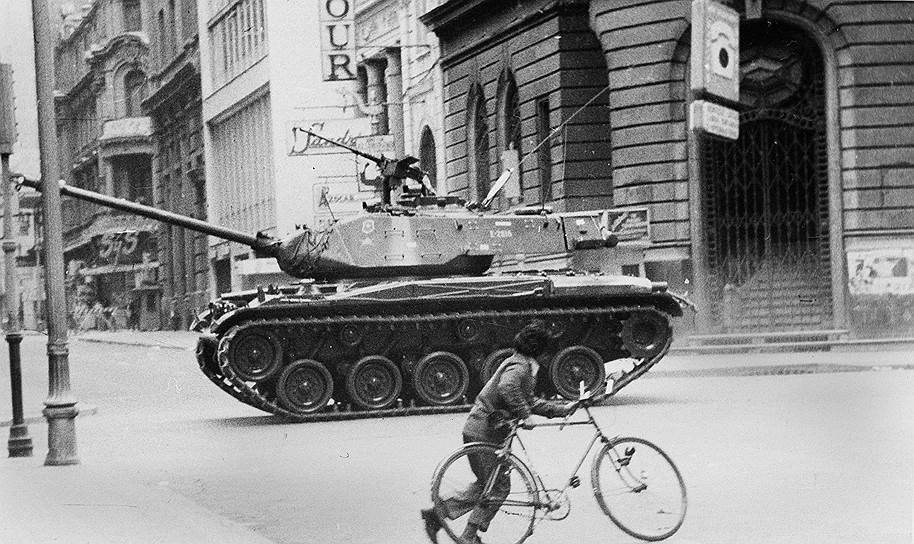 В ночь с 10 на 11 сентября 1973 года начался военный переворот. Паролем к нему стала фраза «В Сантьяго идет дождь», переданная на военных радиочастотах. Корабли ВМС Чили, участвовавшие в совместных с США маневрах, обстреляли порт и город Вальпараисо, высадили десант и захватили город. Те моряки, которые отказались поддерживать мятеж, были расстреляны, а их трупы сброшены в море. Ранним утром мятежники начали захват столицы Чили. Были захвачены телецентр, ряд стратегических объектов. По радио было передано сообщение о начале военного переворота и создании хунты во главе с генералом Аугусто Пиночетом и адмиралом Хосе Мерино