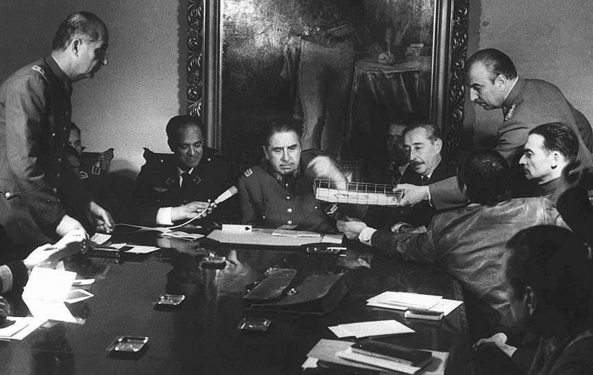 В стране было отменено действие Конституции, распущен Национальный конгресс, а все политические партии запрещены<br> На фото: Аугусто Пиночет (в центре) в окружении военных