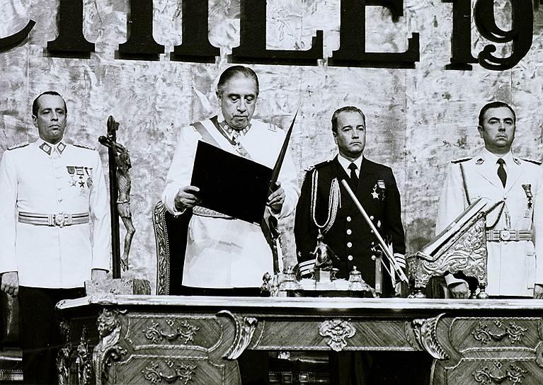 После того, как власть попала в руки Пиночета, экономическая ситуация только усугубилась. Инфляция обесценила чилийский эскудо, что привело к введению новой валюты в 1975 году. Уровень безработицы достиг 30%, ВВП снижалось непрерывно с 1971 года, составив 12,9% в 1975 году