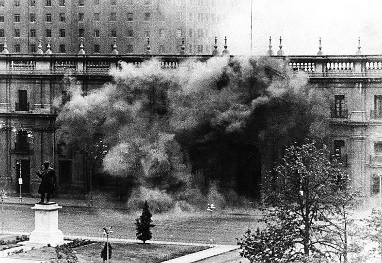 В 9:15 мятежники начали обстрел и штурм президентского дворца «Ла Монеда», который защищали около 40 человек. Во время штурма Альенде не покидал дворца. В 14:20 здание было захвачено
