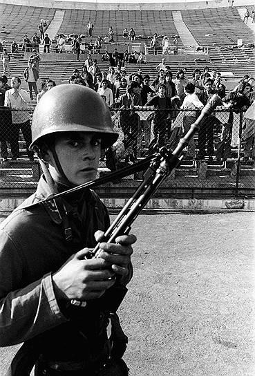 В день переворота на территории Сантьяго был создан ряд концентрационных лагерей для политических заключенных, наиболее известным из которых стал концлагерь, созданный на стадионе чилийской столицы