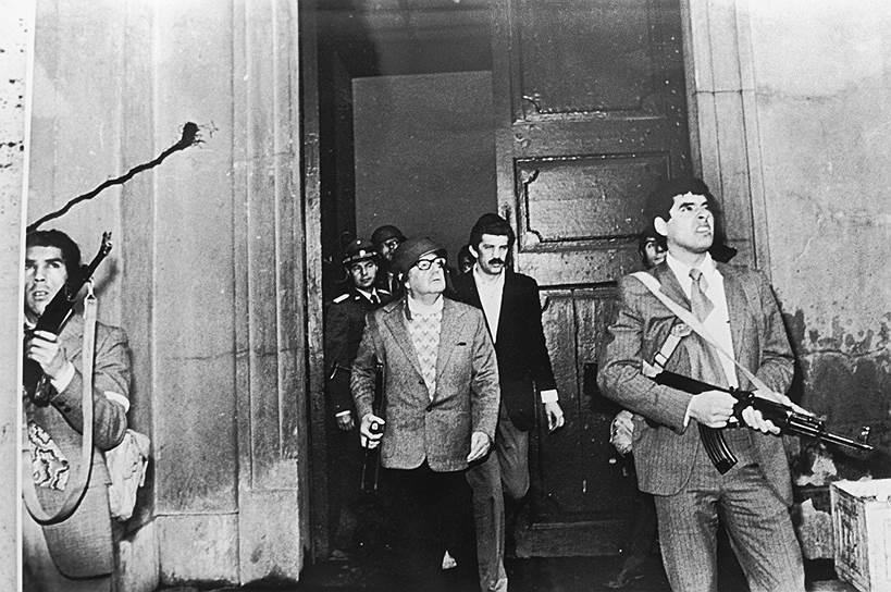 Главной целью переворота было объявлено отстранение Альенде (на фото в каске), которого поддерживал СССР, от власти. На его посту США хотели видеть человека, который бы вернул национализированные предприятия прежним владельцам (включая американским корпорациям), а также направить политический курс Чили в сторону  США
