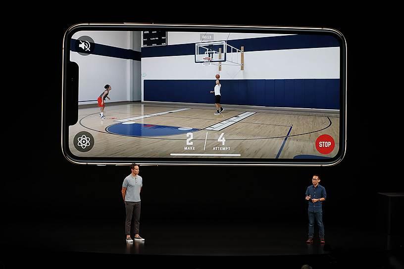 Новые модели iPhone устроены таким образом, чтобы в игры было удобно играть одной рукой. Второй, например, можно будет держаться за поручни в метро или катить тележку в супермаркете