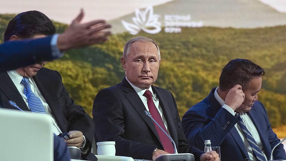 Президент России Владимир Путин (в центре)