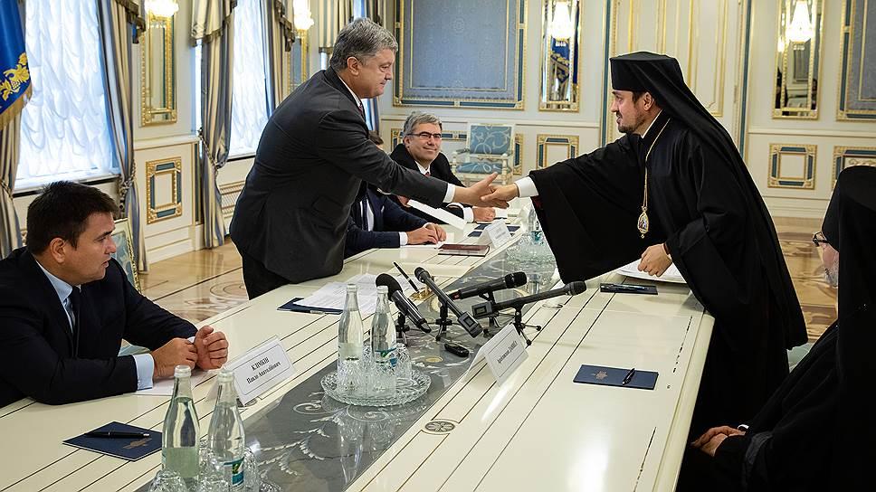 Слева направо: министр иностранных дел Украины Павел Климкин, президент Украины Петр Порошенко и епископ Иларион Эдмонтонский