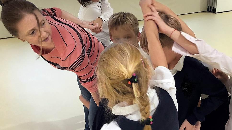 Во время групповых занятий ребенку нужно оказаться в ситуации успеха — чтобы вырваться из круга неудач, в котором часто оказываются бывшие сироты