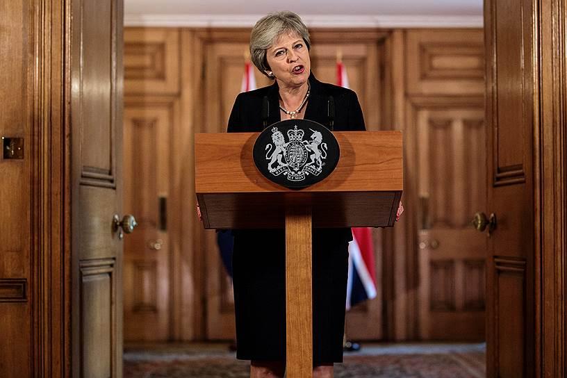 <strong>Тереза Мэй, премьер-министр Великобритании</strong> <br> 12 марта заявила, что Скрипали были отравлены нервно-паралитическим веществом «Новичок», разработанным в России, и за покушением «с высокой долей вероятности» стоит Москва. 14 марта заявила о высылке 23 российских дипломатов, аналогичные шаги в знак солидарности с Великобритании предпринял ряд других стран. Призывает к ужесточению антироссийских санкций