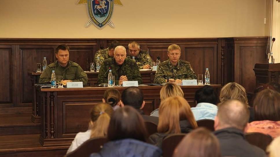 Председатель СКР Александр Бастрыкин (в центре) на встрече с родственниками погибших при пожаре в ТЦ «Зимняя вишня»
