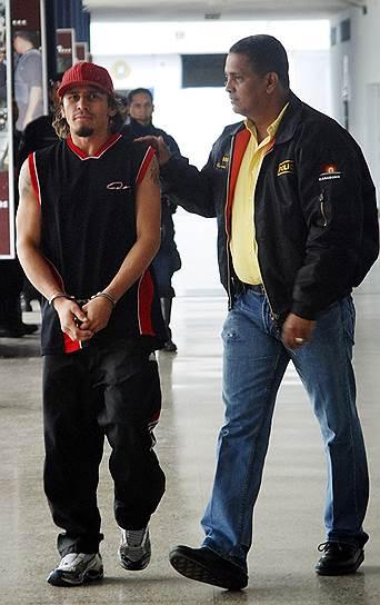 Венесуэльского боксера Эдвина Валеро (на фото слева) обвиняли в нападении на собственных мать и сестру. А в апреле 2010 года он был арестован по подозрению в убийстве своей жены. Спортсмен сознался в этом, а на следующий день повесился в камере