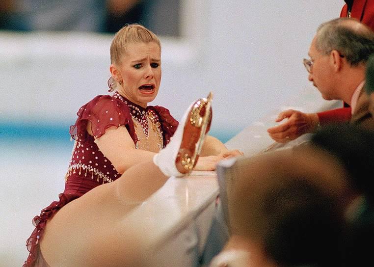 В 1994 году американская фигуристка Тоня Хардинг оказалась в центре скандала после того, как ее уличили в сговоре с бывшим мужем, который напал на соперницу спортсменки Нэнси Кэрриган и нанес ей травму ноги. Фигуристка получила три года условно, 500 часов общественных работ и штраф в $160 тыс. Хардинг лишилась всех титулов и была пожизненно отстранена от соревнований, после чего некоторое время принимала участие в профессиональных боях