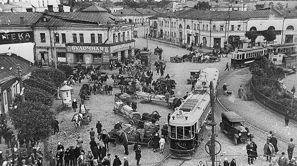 В Москве конца 1920-х годов типичной картиной стало столпотворение автомобилей, трамваев и извозчиков, пассажиры которых в 30-е годы дружно пересели на метро
