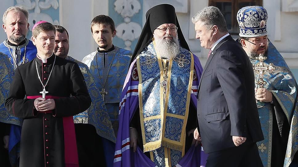 Президент Украины Петр Порошенко (второй справа)