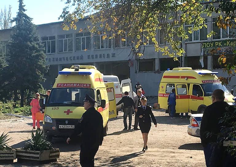 По словам очевидцев, в учебное заведение зашел молодой человек, который из ружья открыл огонь по ученикам и преподавателям. Затем он бросил принесенную с собой бомбу в столовую