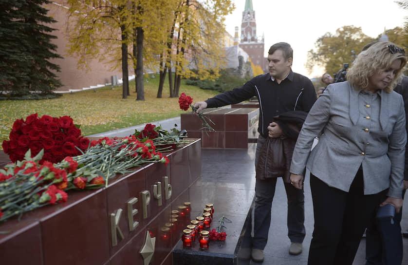 В тот же день в Москве возлагали цветы и свечи к стеле города-героя Керчь в Александровском саду в память о жертвах взрыва в Керченском колледже