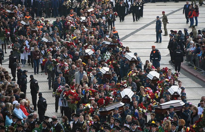 Церемония прощания с погибшими при нападении на Керченский политехнический колледж прошла на площади Ленина 19 октября