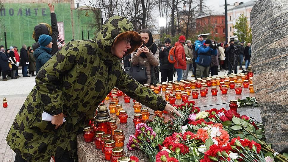 Участники акции возлагают цветы к Соловецкому камню на Лубянской площади <br> На фото: телеведущая Ксения Собчак