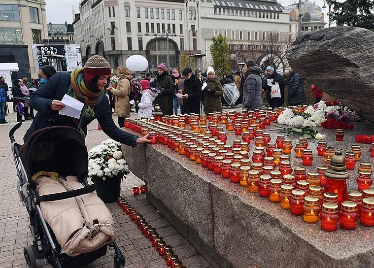 До 22:00 каждый может прийти на Лубянку и сам зачитать в микрофон имена жертв репрессий