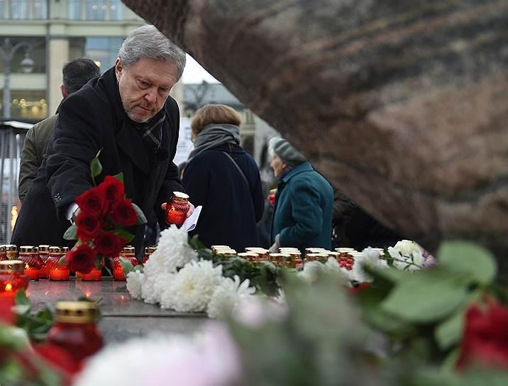 Лидер партии «Яблоко» Григорий Явлинский возлагает цветы к Соловецкому камню