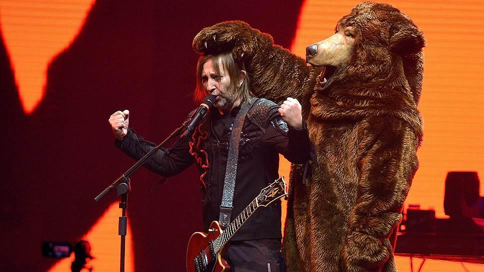 Участники группы Шура Би-2 и Лева Би-2 в костюме медведя во время концерта в спорткомплексе «Олимпийский» 27 октября 2018 года