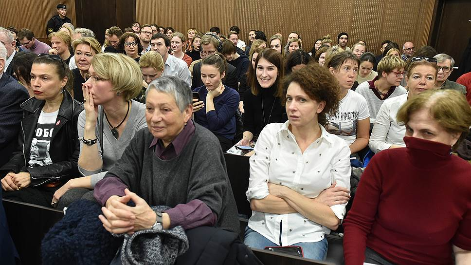 Писательница Людмила Улицкая (в центре) и актриса Ксения Раппопорт (вторая справа)