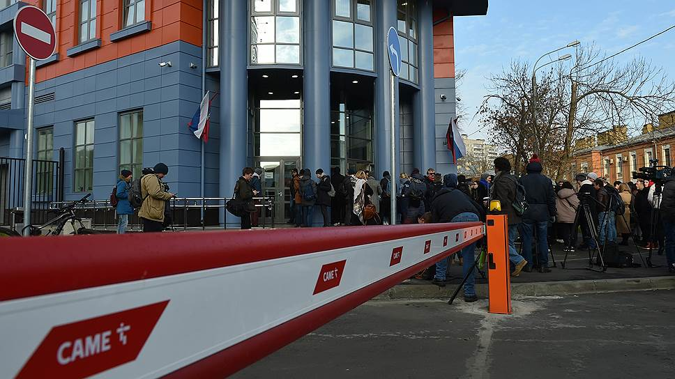 Журналисты перед входом в Мещанский суд