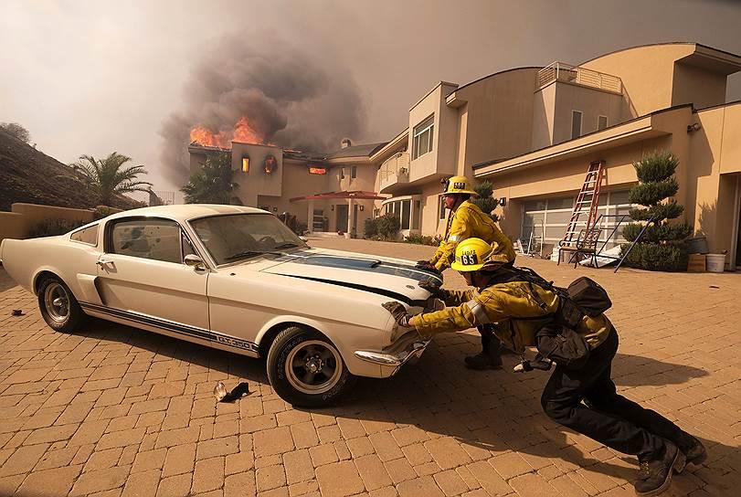 Пожарные выталкивают автомобиль из гаража в Малибу