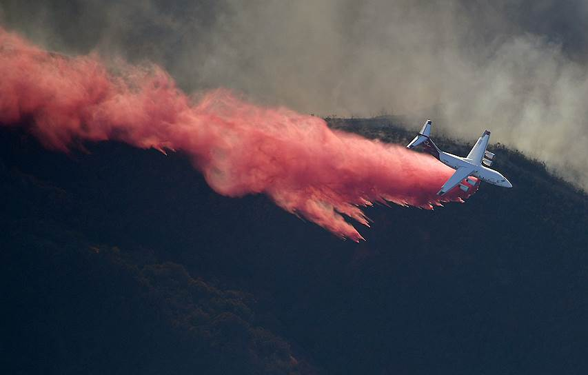 С огнем борются с помощью самолетов