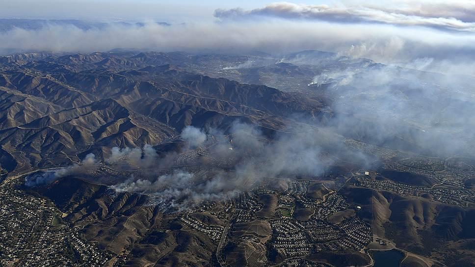 Пламя, вызванное мощными ветрами, сожгло десятки домов на склонах холмов в Южной Калифорнии