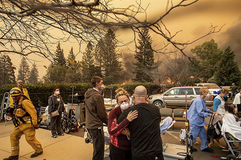 На фото: местные жители эвакуируются из пострадавших от огня районов