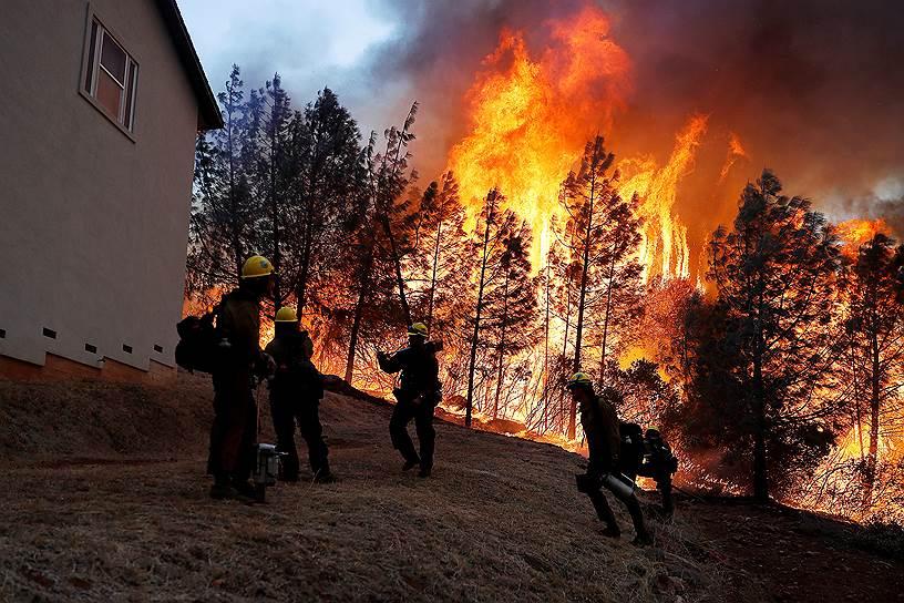 Сотни тысяч человек эвакуированы. Стена огня вплотную подошла к дорогим особнякам в Малибу