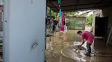 Затопленный дом зацепился за жилой фонд