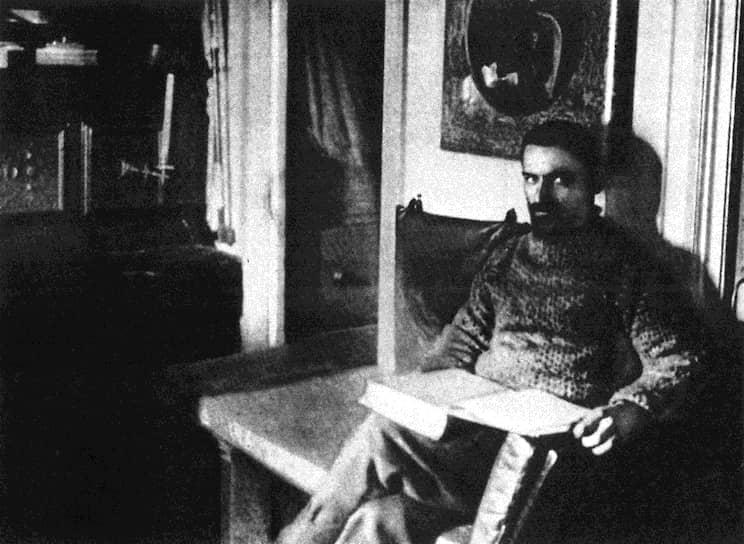 Колчак участвовал в экспедициях арктического исследователя Эдуарда Толля, занимался гидрологическими исследованиями, изучал морские льды, берега и острова Северного Ледовитого океана. В 1903 году снарядил поисковую экспедицию для выяснения судьбы пропавшей без вести группы Эдуарда Толля. Полярная экспедиция продолжалась семь месяцев
