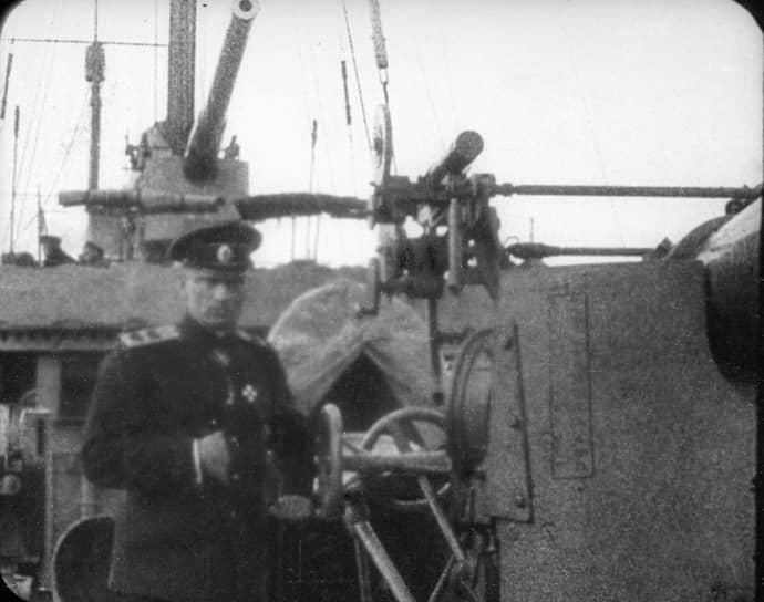 С началом Первой мировой войны Колчак руководил минированием Финского залива. В 1916 году стал вице-адмиралом и командующим Черноморским флотом. После Февральской революции присягнул Временному правительству. А после митинга матросов в июне 1917 года отказался сдать оружие, демонстративно выбросив его в море