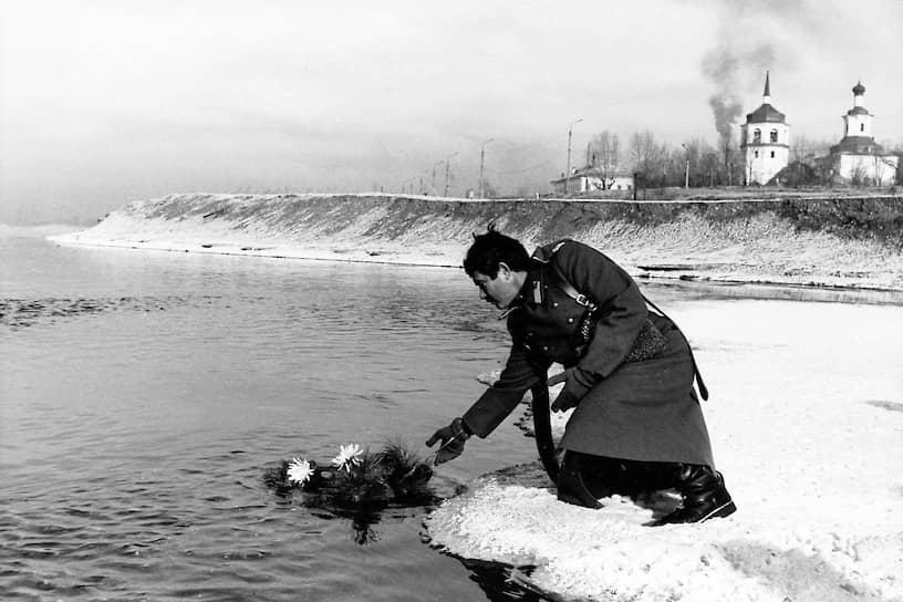 В 2004 году в Иркутске был открыт памятник Колчаку. Против активно выступало региональное отделение КПРФ <br>На фото: казак опускает венок в воды Ангары в годовщину смерти адмирала Колчака