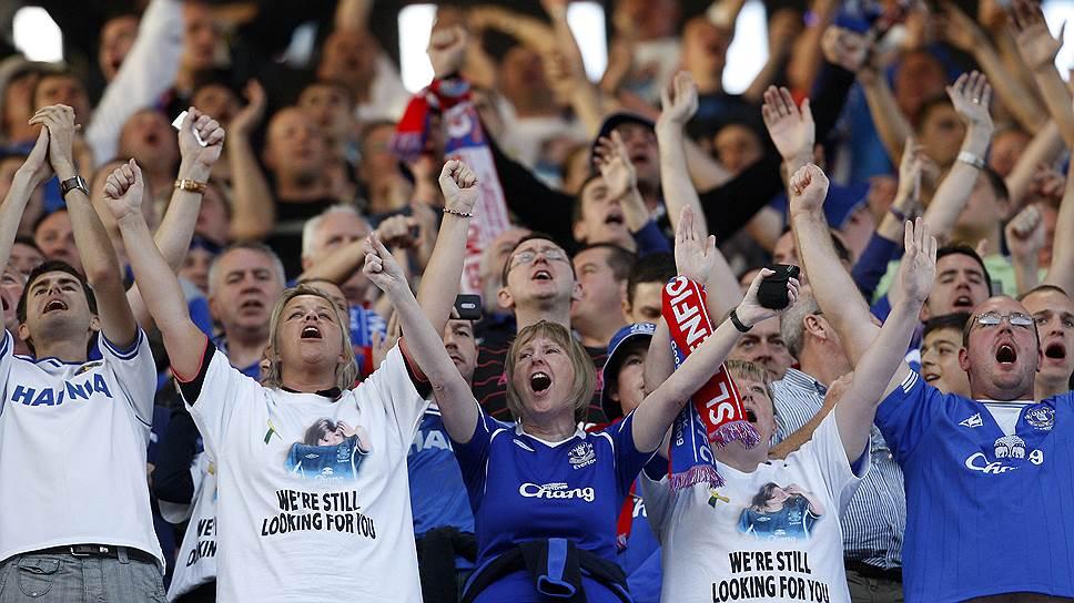 Футбольные болельщики клуба Эвертон в футболках в поддержку расследования дела пропавшей Мэдди Макканн