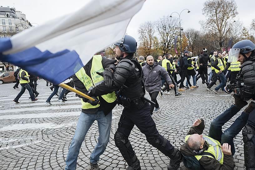 Крупные акции протеста также проходили 24 ноября - тогда протестующие также призывали к отставке президента Франции Эмманюэля Макрона. В попытке сдержать национальные протесты в Париж были стянуты полиция и жандармерия из пригородов