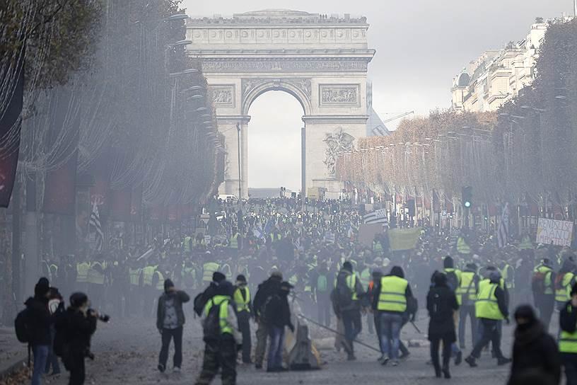 Недовольство копилось долго, и в начале октября во Франции родилось движение «желтых жилетов» — именно такую светоотражающую одежду носят французские водители. Это движение стало классическим «киберзаговором», спланированным и сложившимся в социальных сетях. Ни один профсоюз, ни одна политическая партия, ни один политик не участвовали в его организации и не попытались его возглавить