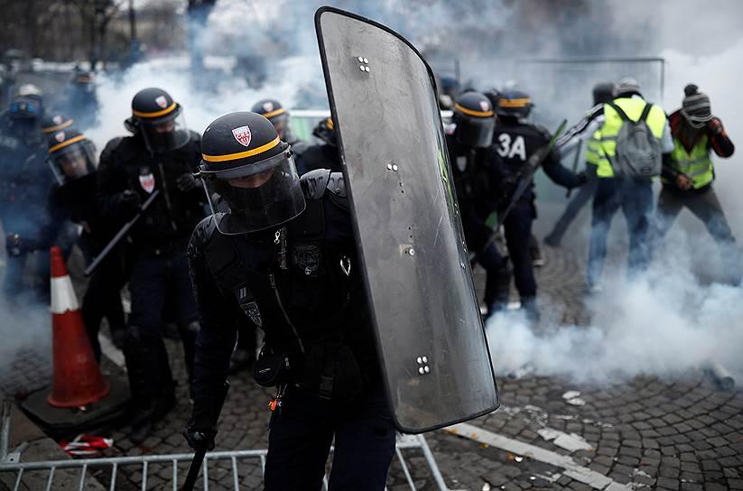 Среди участников демонстрации на Елисейских полях были замечены представители ультраправых сил, полиция насчитала не менее сотни радикалов. Оказавшись на Елисейских полях, протестующие подожгли ресторан и автомобиль