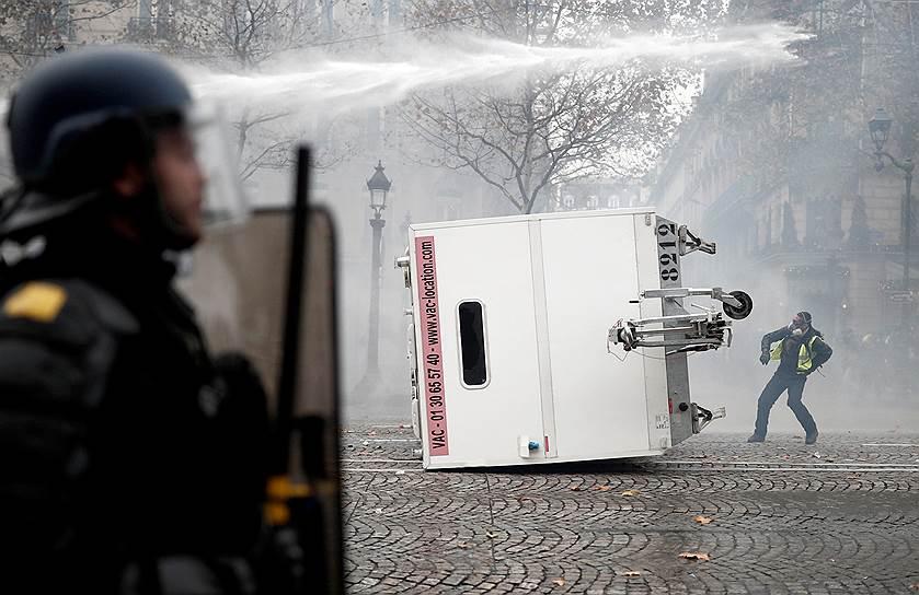 Полиция Парижа применила слезоточивый газ против участников демонстрации на Елисейских полях, приблизившихся к закрытой для протестов зоне на площади Согласия. Протестующие жгли баррикады