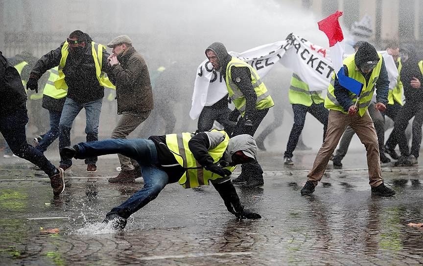 Полиция разгоняла демонстрантов с помощью водометов