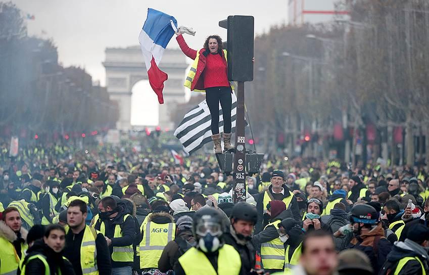 Многие районы Парижа, ставшие местом демонстрации неделю назад, были запрещены для проведения протестов, но это не остановило «желтых жилетов». Отказавшись от Марсова поля, они с утра 24 ноября захватили большую часть Елисейских полей