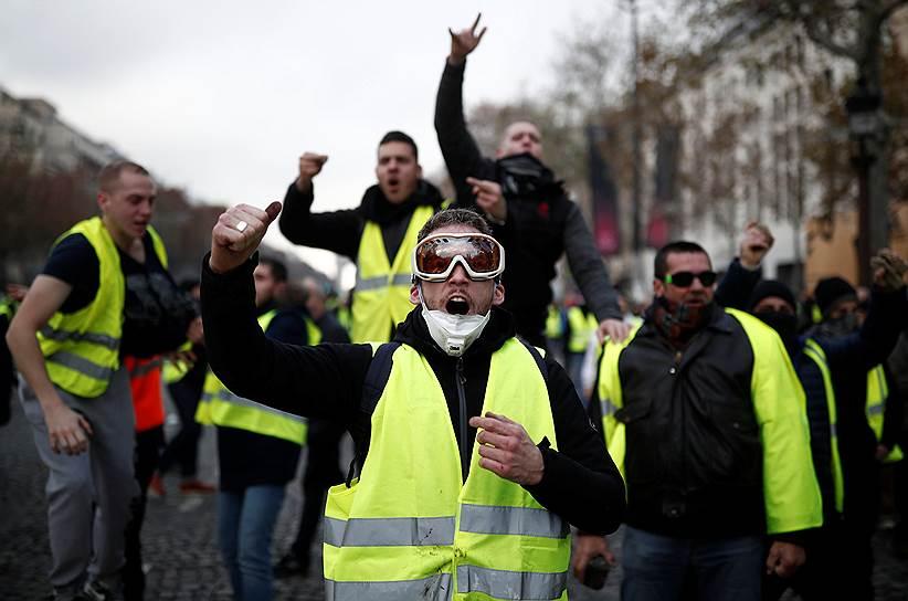 23 ноября во французском городе Анже одетый в желтый жилет мужчина требовал встречи с президентом Франции, угрожая взорвать себя взрывчаткой. В тот же день на юге страны в городе Ним было совершено нападение на дом главы МВД Франции Кристофа Кастанера