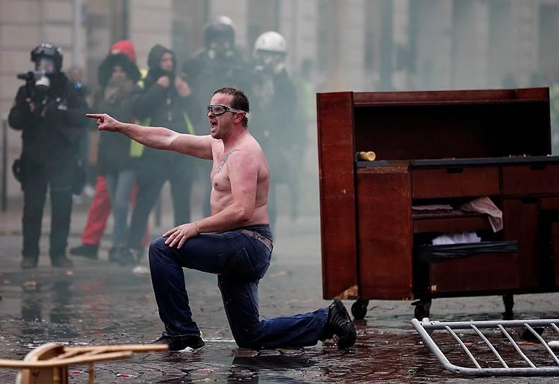 В Париже не работали семь центральных станций метро, Эйфелева башня была закрыта для посетителей. Французские СМИ сообщали, что в драках с протестующими пострадали несколько полицейских, задержаны более 100 человек
